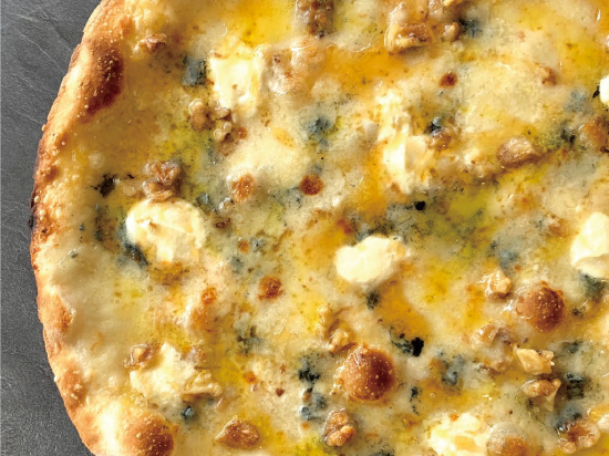 4種のチーズとくるみ蜂蜜・蜂蜜のピッツァ